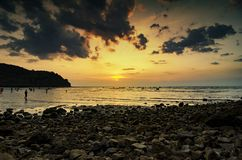 Imagen de la puesta del sol de la silueta con el cielo imponente imagen de archivo