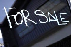 Imagen de la recesión para de la muestra de la venta en Buil abandonado Foto de archivo