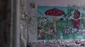 Imagen de la relación la pared de acampar abandonado almacen de metraje de vídeo