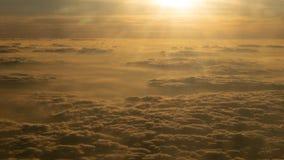 Imagen de la salida del sol sobre las nubes de la ventana del aeroplano, la India imagen de archivo
