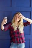 Imagen de la señora joven rubia hermosa que hace el selfie Imagen de archivo libre de regalías