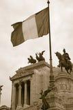 Imagen de la sepia de la bandera italiana que vuela sobre el monumento a rey Victor Emmanuel II, Roma, Italia, Europa Foto de archivo libre de regalías