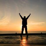 Imagen de la silueta del hombre feliz que muestra la acción del ganador Fotos de archivo