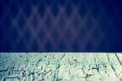Imagen de la tabla de madera azul en Front Of Abstract Blurred Backgrou Fotos de archivo libres de regalías
