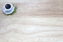 Imagen de la taza de café con el fondo de madera fotografía de archivo libre de regalías