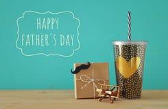 Imagen de la taza negra con el corazón de oro Father& x27; concepto del día de s fotos de archivo