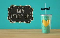 Imagen de la taza de la turquesa con el corazón de oro Father& x27; concepto del día de s fotografía de archivo libre de regalías
