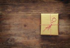 Imagen de la visión superior de la caja de regalo hecha a mano Imagen de archivo