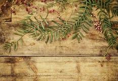 Imagen de la visión superior de las hojas de otoño sobre fondo texturizado de madera Imagen de archivo libre de regalías