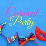 Imagen de la visión superior de los accesorios de la mascarada del carnaval: cuernos coloridos y divertidos del diablo, diadema p Foto de archivo