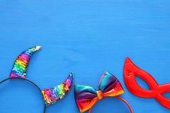 Imagen de la visión superior de los accesorios de la mascarada del carnaval: cuernos coloridos y divertidos del diablo, diadema p Fotos de archivo