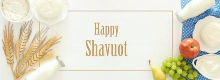 Imagen de la visión superior de los productos lácteos y de las frutas en fondo de madera Símbolos del día de fiesta judío - Shavu fotografía de archivo libre de regalías