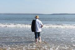 Imagen de la vista posterior de un hombre maduro que camina en el mar Fotos de archivo libres de regalías