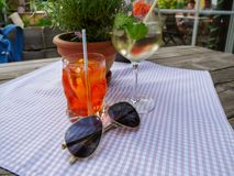 Imagen de las bebidas y de las gafas de sol del verano en la tabla fotos de archivo