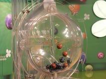 Imagen de las bolas de la lotería durante la extracción Foto de archivo libre de regalías