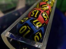 Imagen de las bolas de la lotería durante la extracción Imagenes de archivo