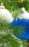 Imagen de las decoraciones de la Navidad en el primer del árbol de navidad Imágenes de archivo libres de regalías