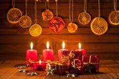 Imagen de las decoraciones de la Navidad, velas, regalos en fondo marrón fotos de archivo libres de regalías