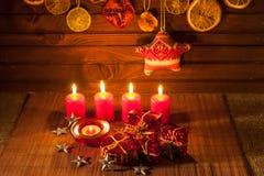 Imagen de las decoraciones de la Navidad, velas, regalos en fondo marrón imagen de archivo