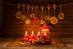 Imagen de las decoraciones de la Navidad, velas, regalos en fondo marrón fotografía de archivo