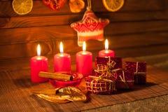 Imagen de las decoraciones de la Navidad, velas, regalos en fondo marrón foto de archivo libre de regalías