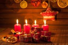 Imagen de las decoraciones de la Navidad, velas, regalos en fondo marrón imagenes de archivo