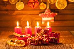 Imagen de las decoraciones de la Navidad, velas, regalos en fondo marrón fotografía de archivo libre de regalías