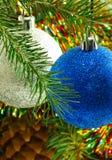 Imagen de las decoraciones hermosas de la Navidad en el primer del árbol de navidad Imágenes de archivo libres de regalías