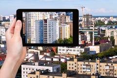 Imagen de las fotografías de la ciudad en la PC de la tableta Imagen de archivo