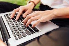 Imagen de las manos, fingeres, mecanografiando en el texto del teclado imagen de archivo libre de regalías