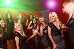 Imagen de las muchachas bonitas que bailan en club de noche imágenes de archivo libres de regalías