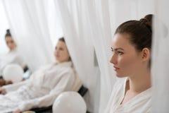 Imagen de las mujeres jovenes que se relajan en salón de belleza Fotos de archivo libres de regalías