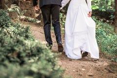 Imagen de las piernas de novia y del novio que se van fotografía de archivo