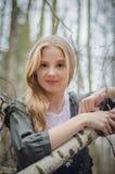 Imagen de las ramas y de la sonrisa conmovedoras del abedul de la muchacha hermosa Fotografía de archivo