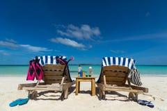 Imagen de las sillas de playa de madera en la playa tropical, vacaciones Imagenes de archivo