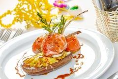 Imagen de las tajadas de cordero en una cama de la berenjena de las verduras rellena con las verduras Fotos de archivo libres de regalías