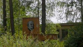 Imagen de Lenin entre un área herbosa metrajes