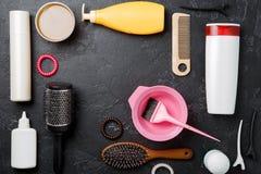 Imagen de los accesorios del peluquero en fondo negro Foto de archivo libre de regalías