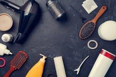 Imagen de los accesorios del peluquero, secador de pelo, peines, en círculo en fondo negro vacío, Fotografía de archivo libre de regalías