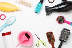 Imagen de los accesorios del peluquero, secador de pelo, peines situados en círculo en fondo blanco limpio Fotos de archivo libres de regalías