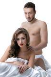 Imagen de los amantes jovenes sensuales que presentan en cama Foto de archivo