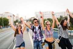 Imagen de los amigos jovenes felices que cuelgan hacia fuera junto Imagen de archivo