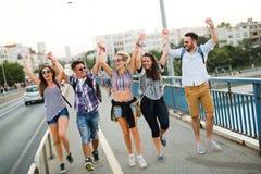 Imagen de los amigos jovenes felices que cuelgan hacia fuera junto imagen de archivo libre de regalías