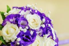Imagen de los anillos de bodas en las flores Fotografía de archivo