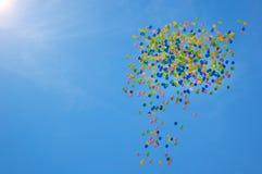 Imagen de los baloons del colorfull en el scky con las nubes y el sol Foto de archivo