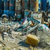Imagen de los barriles de aceite coloreados con basura fotografía de archivo libre de regalías