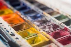 Imagen de los cubos y de los cepillos de la pintura Foto de archivo