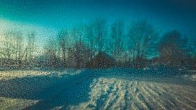 Imagen de los descensos del agua en la ventanilla del coche Fotos de archivo