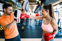 Imagen de los guantes de boxeo de la mujer que llevan en gimnasio fotografía de archivo libre de regalías