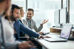Imagen de los hombres de negocios que trabajan junto en oficina foto de archivo